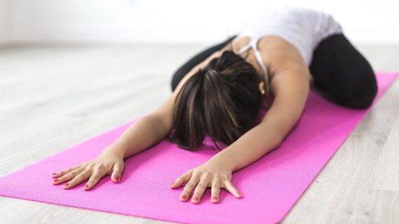 chica estudiante haciendo yoga
