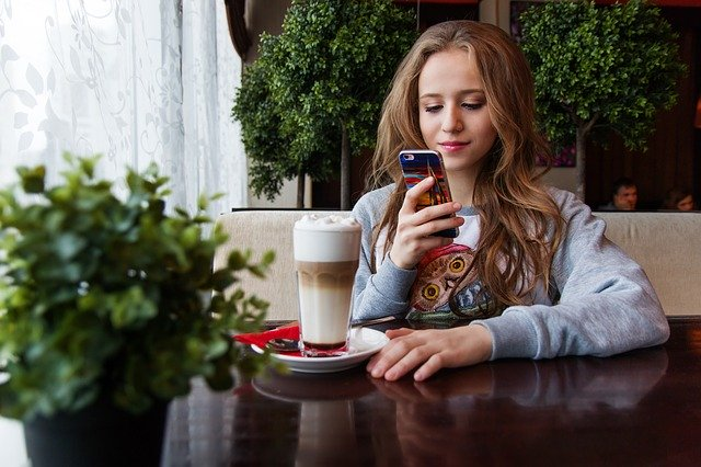 chica con smartphone